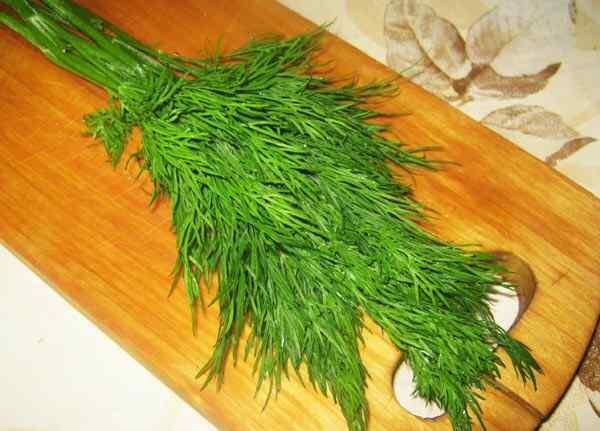 Добавляем зелень в борщ