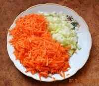 Измельчаем морковку с луком