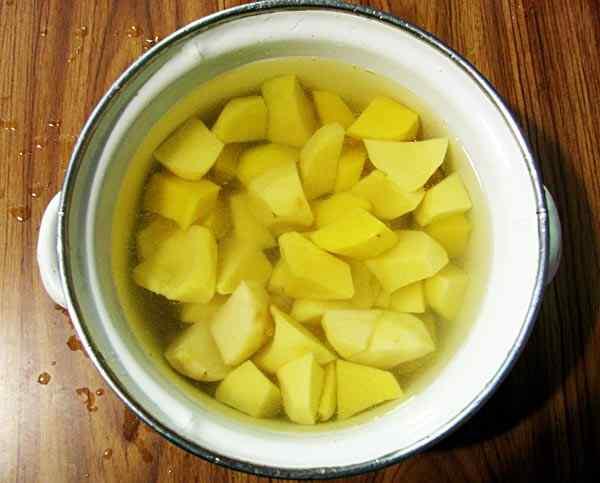 Очищаем и режем картошку для борща