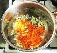 Сначала обжарим овощи в мультиварке