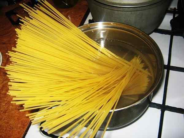 Отдельно варим спагетти до готовности