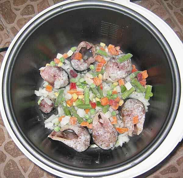 Скумбрия запеченная с овощами в сметане