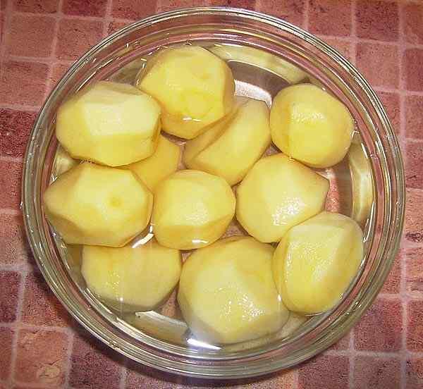 Чистим картошку для ухи