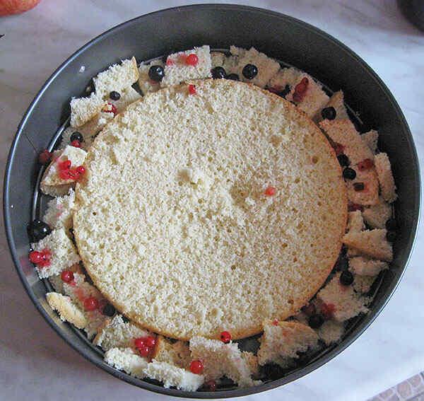 Собираем испеченный в мультиварке торт в форме для выпечки