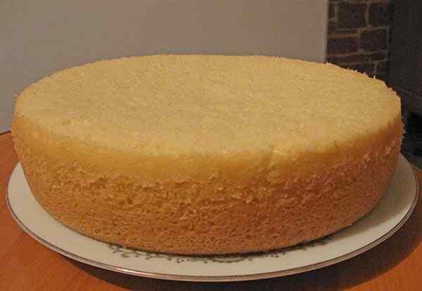 Готовый бисквит для торта со сгущенкой вынимаем из мультиварки и остужаем