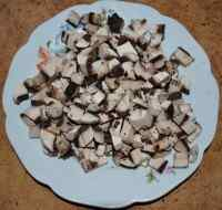 Нарезаем и обжариваем грибы на масле в сковороде