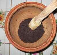 Растираем мак для шуликов в глиняном горшке