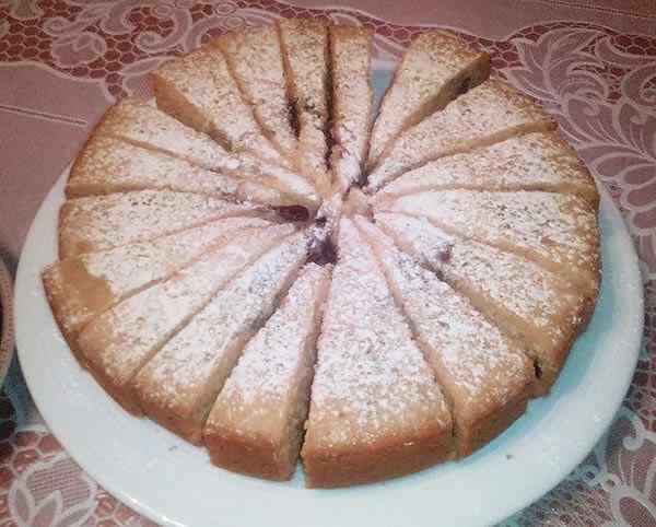 Вынимаем кекс из мультиварки и посыпаем его сахарной пудрой