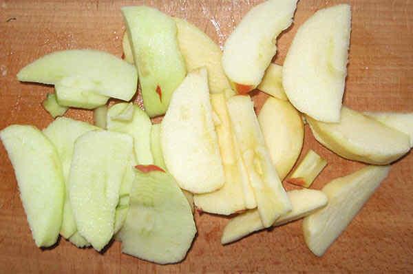 Шаг 2: яблоки нарезаем пластинками