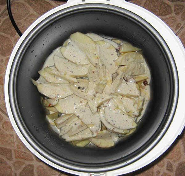 Запеченная рыба в мультиварке. Шаг 6: заливаем блюдо соусом и включаем мультиварку