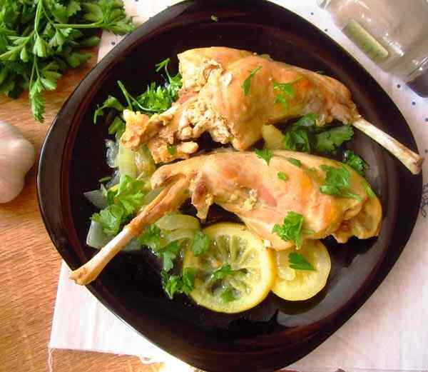 Кролик тушеный в мультиварке с лимоном и чесноком