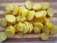 Отвариваем заранее картошку в мундирах