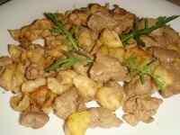 Порция свежих макарон с печенью