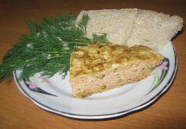 Шаг 4: Режем мясной пирог на кусочки и украшаем зеленью