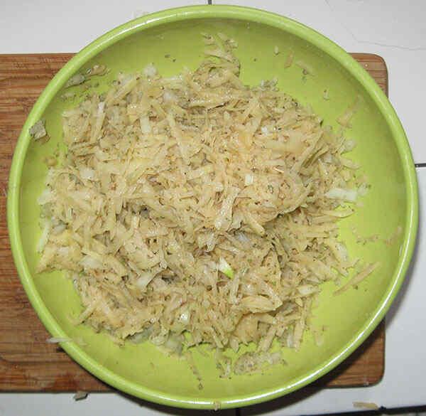 Приготовление рыбы в мультиварке. Шаг 5: Режем картошку и смешиваем с луком