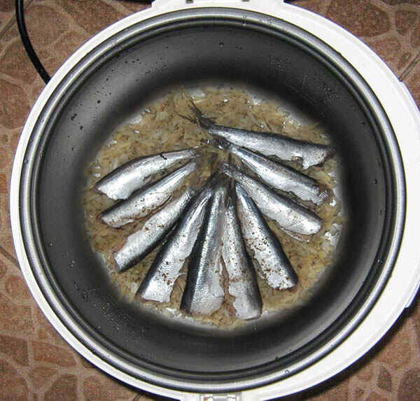 Приготовление рыбы в мультиварке. Шаг 6: Выкладываем продукты поочередно в мультиварку