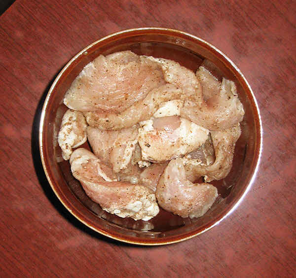 Шаг 1: Нарезаем мясо и добавляем специи