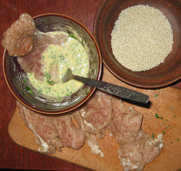 Шаг 3: Окунаем отбитое мясо в кляр и кунжут
