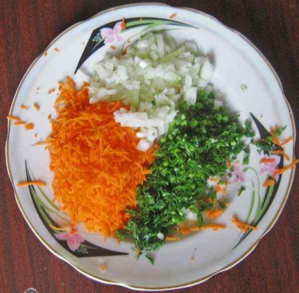 Режем лук, морковь и зелень