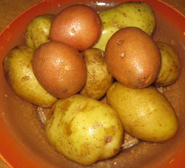 Промываем картошку под проточной водой