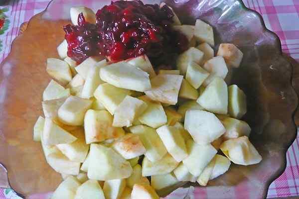 Очищаем и режем яблоки