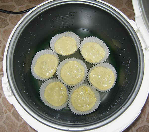 Разливаем тесто по формочкам