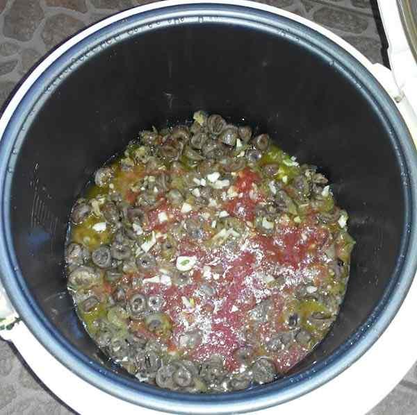 Добавляем муку, томатный сок и чеснок