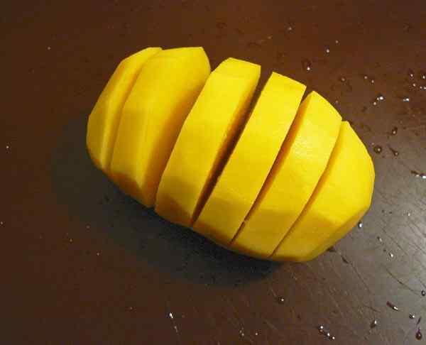 Очищаем картошку и делаем надрезы