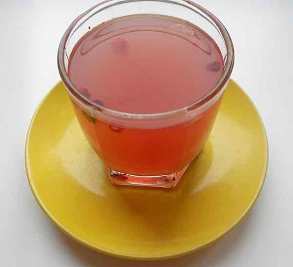 Чашка компота из клюквы в мультиварке