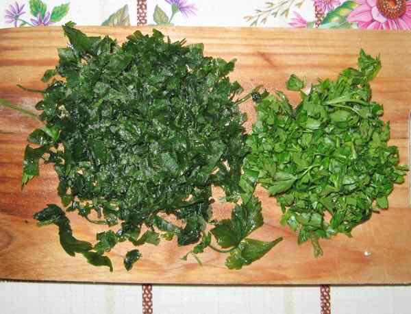 Режем зелень петрушки и зеленый лук