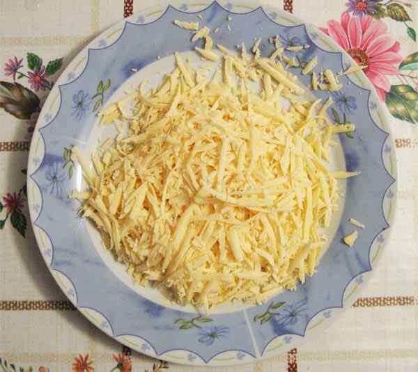 Трем на крупной терке твердый сыр