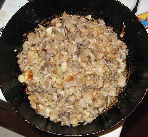 Обжариваем на сковороде с маслом лук