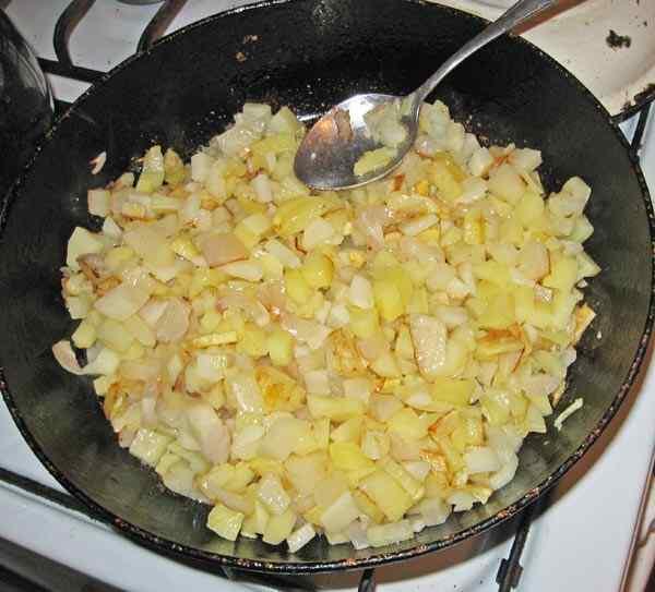 Добавляем мелко нарезанный картофель