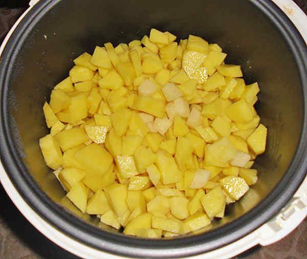 Режем картофель и высыпаем в мультиварку