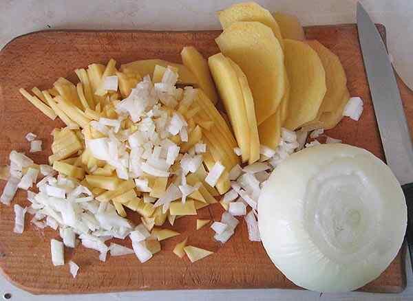 Мелко режем картошку и лук
