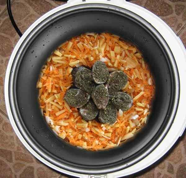Выкладываем картошку и рыбу в мультиварку