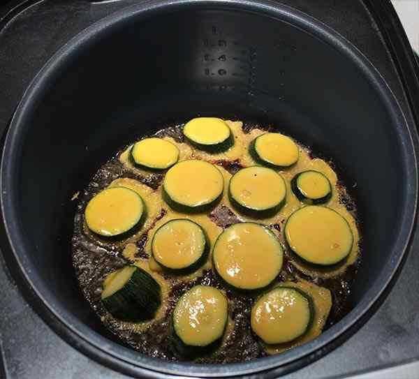 Обжариваем кабачки на масле в мультиварке