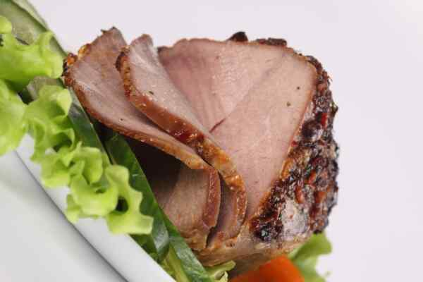 Нарезаем буженину из говядины на порционные кусочки