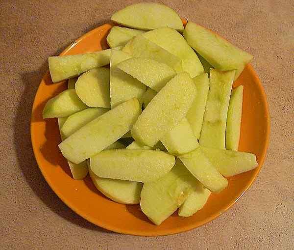 Чистим и нарезаем лук и яблоки