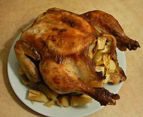 Нарезаем курицу приготовленную  целиком в мультиварке  на кусочки и подаем на стол