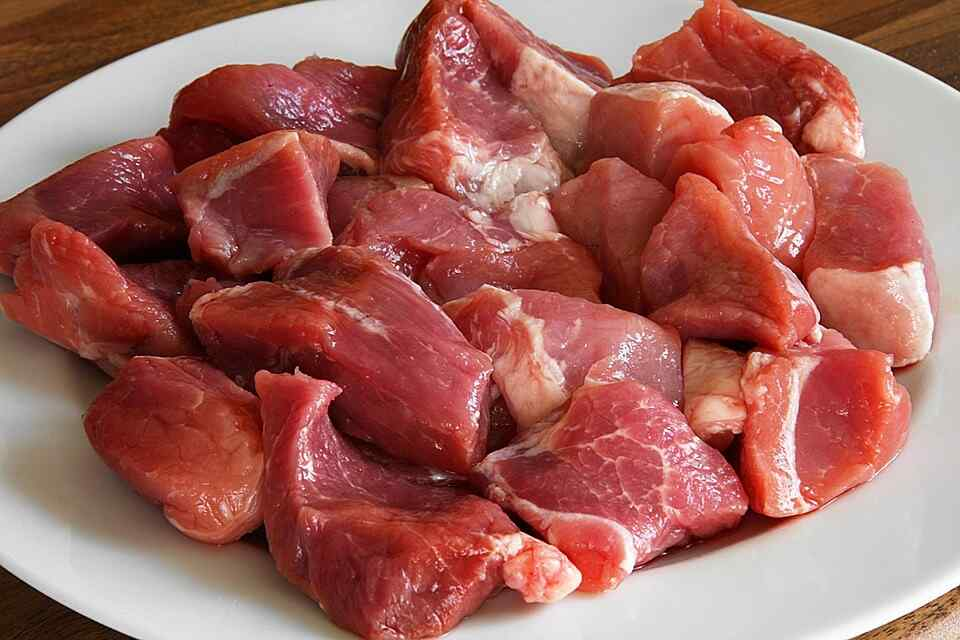 Нарезаем мясо для шашлыка на кусочки