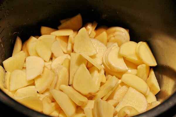 Добавляем картошку в мультикастрюлю