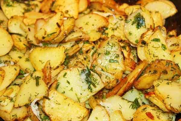 Добавляем к жареной молодой картошке рубленый укроп