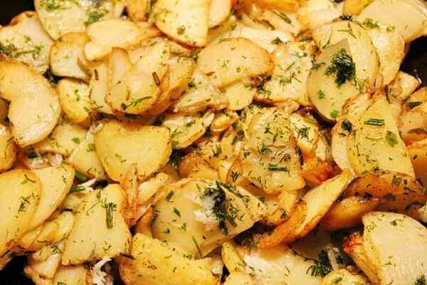 Жареная картошка с укропом готова