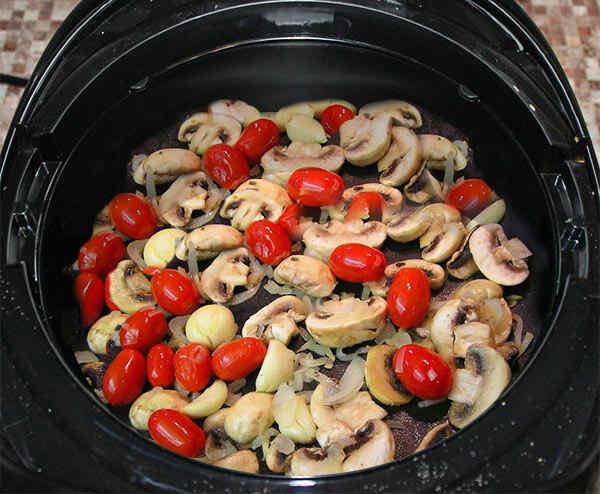 Жарим грибы с луком и помидорами в программе Жарить