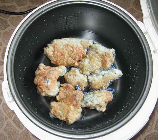 Обжариваем филе курицы в кляре в мультиварке