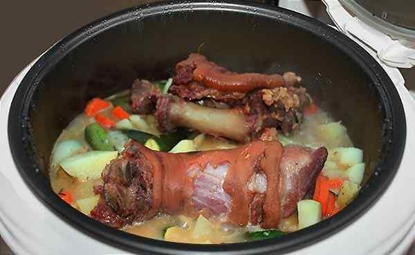 Готовим свиную рульку с картошкой в течение часа
