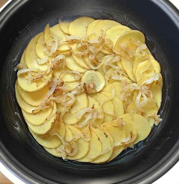 Выкладываем половину картошки на дно кастрюли