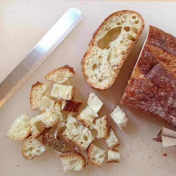 Нарезаем хлеб мешкими кубиками