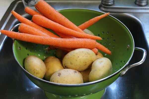Моем и крупно режем овощи